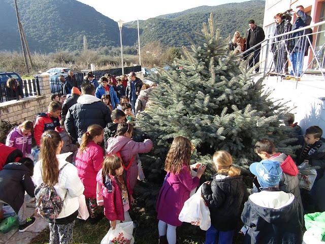 Τα παιδιά στόλισαν το Χριστουγεννιάτικο Δέντρο του Δήμου Δωδώνης