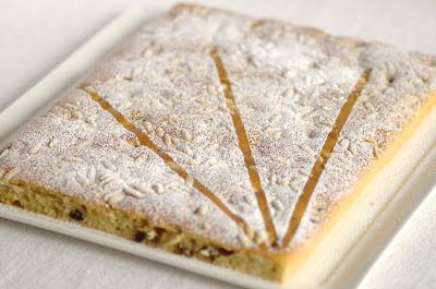 Torta soffice con uvetta e pinoli