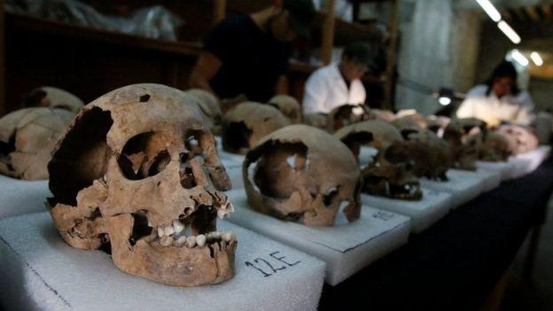 Relatos diziam que a estrutura era composta de milhares de cabeças de guerreiros decapitados. Por 500 anos, os crânios ficaram intactos sob o solo daquela que um dia foi a capital asteca, Tenochtitlán, no local onde hoje fica a Cidade do México. Até que, há dois anos, um grupo de arqueólogos descobriu os primeiros crânios - dando início à revelação de seus segredos.