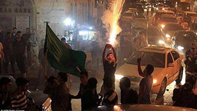 A una hora después de ocurrido el atentado de ayer, residentes palestinos comenzaron sus celebraciones distribuyendo caramelos y disparando fuegos artificiales.