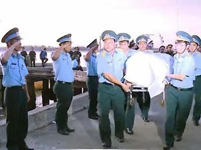 Thi thể Thượng tá - phi công Trần Quang Khải trên tay đồng đội.