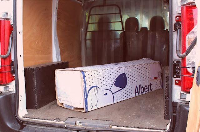 Matelas qui arrive à la maison encartonné et enroulé par transporteur
