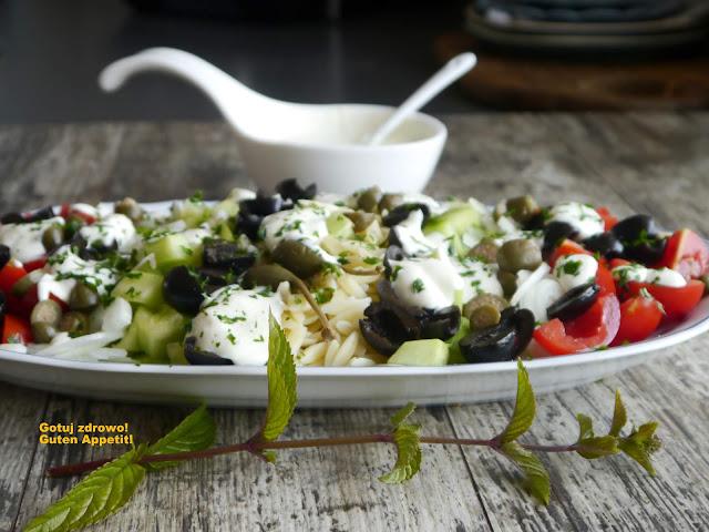 Kritharaki - grecka sałatka makaronowa z sosem jogurtowym - Czytaj więcej »