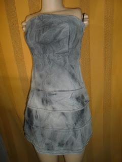 vestido marisa TQC  jeans preto com babados na saia e fechamento de zíper na lateral