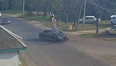 Video Kecelakaan Mengerikan Sepeda Motor Vs Mercedes