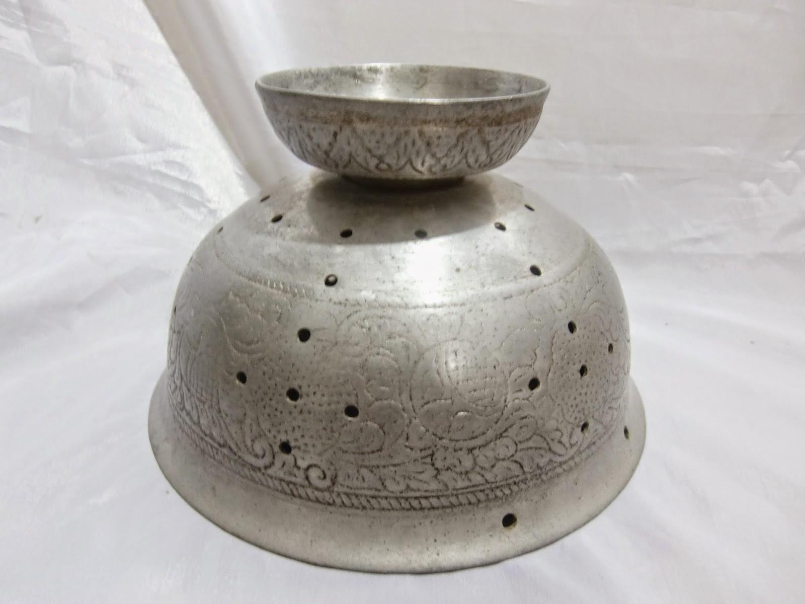 Sebuah Tempat Nasi Jadul yang tebal terbuat dari Bahan Aluminium Babed  dihiasi dengan motif Ukiran - ukiran Relief . Berdiameter 21 Cm dan Tinggi  13 5b2e5d428e