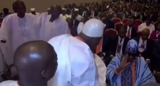 Outrage as Oba of Lagos disrespects Ooni of Ife (Video)