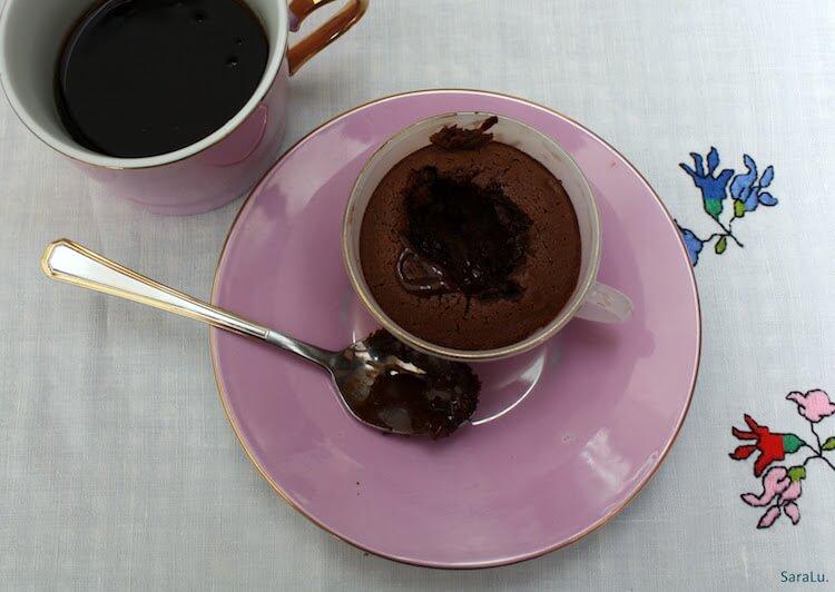 bizcocho de café en taza