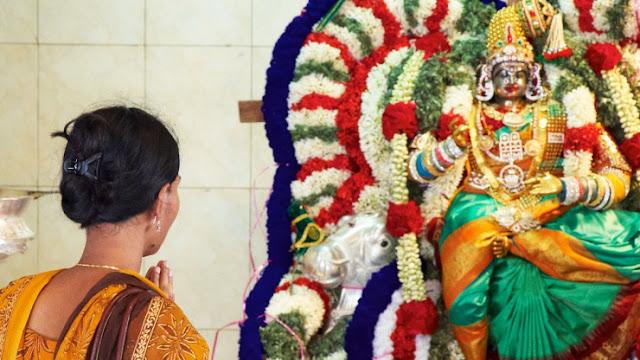 విగ్రహాలముందు నేరుగా నిలబడి ప్రార్థించకూడదు, ఎందుకు ? - Devalaya Sanatana Acharalu
