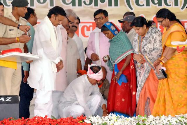 मुख्यमंत्री श्री चौहान ने 677 लाख की लागत की नईगढ़ी सिंचाई परियोजना की रखी आधारशिला, असंगठित मजदूरों की योजना देश की सबसे बड़ी सामाजिक सुरक्षा योजना, रीवा में तेन्दूपत्ता संग्राहक सम्मेलन एवं असंगठित मजदूर सम्मेलन