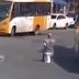 À vontade, homem faz necessidades no meio da rua, em Salvador; vídeo