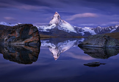 Paisaje nevado y lago
