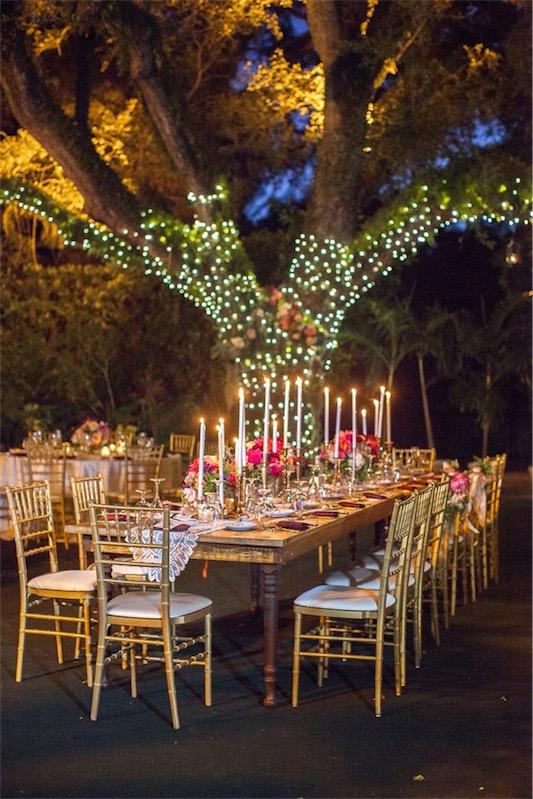 mesa bajo el arbol boda decorada en fucsia y esmeralda chicanddeco