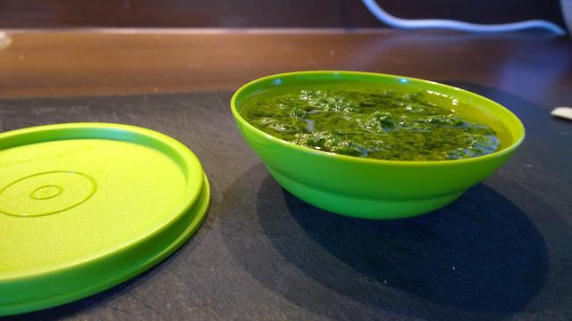 Basilikum-Pesto zubereiten (c) by Joachim Wenk