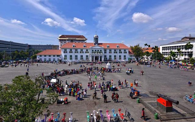 Landscape Wisata Kota Tua Jakarta seperti Museum Fatahillah, Taman Fatahillah, Patung Orang, Toko Merah, Museum Bank Indonesia