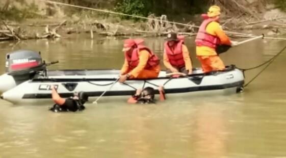 Tim basarnas melakukan pencarian terhadap korban.