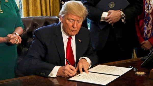 Trump firma nuevo decreto para cambiar sistema financiero
