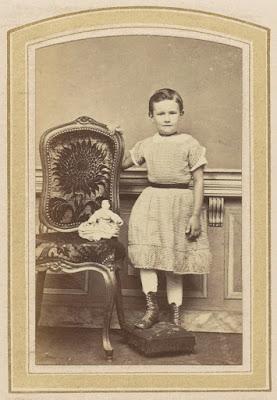 Oude foto meisje met pop