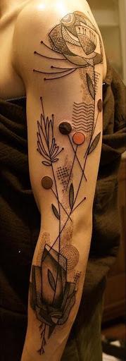 Um maravilhoso olhar avant-garde manga da tatuagem. O design desempenha aí com floral e portal formas e também empresta conceitos de francês desenhos inspirados. (Foto: Fontes de imagem)