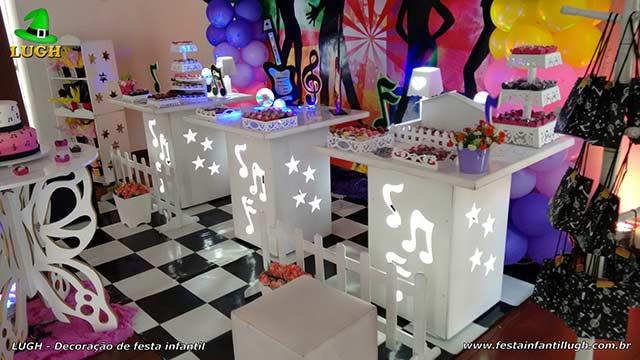 Mesa decorada provençal para festa de aniversário - tema Discoteca