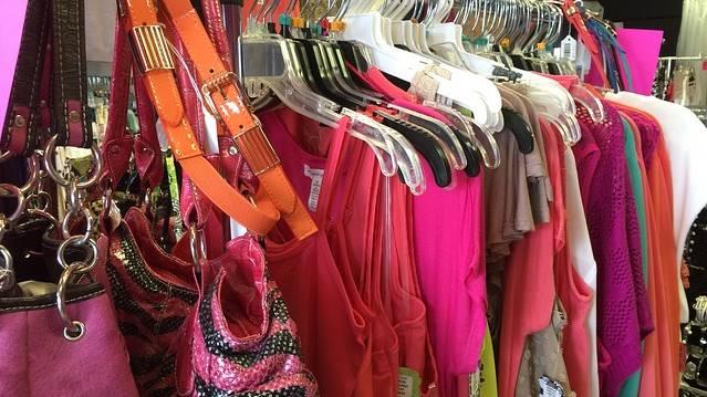 Excesso de roupas e bolsas