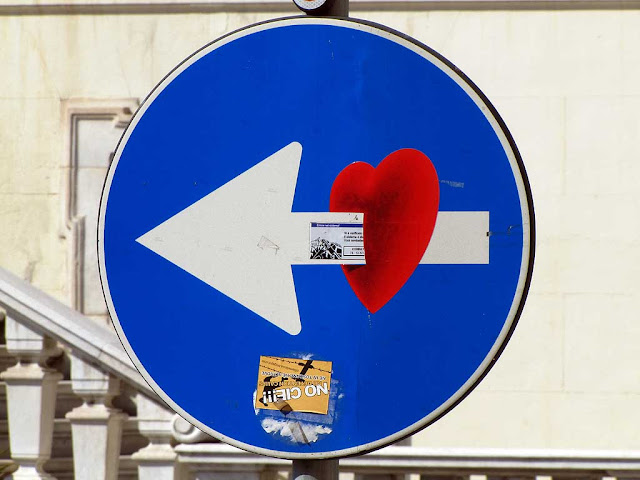 Turn left arrow with pierced heart, Clet Abraham, piazza del Municipio, Livorno