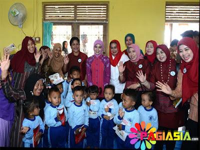 Ibu Iriana Joko Widodo Berperan Menjadi Seorang Anak TK yang Tengah Ngambek Saat Berdialog di Depan Para Guru TK dan Paud