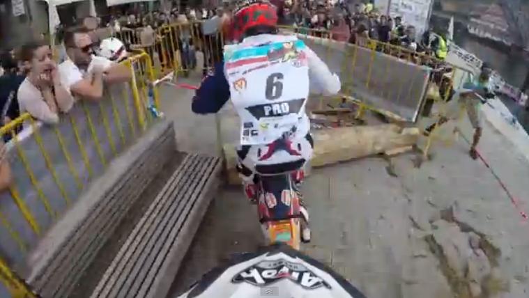 ΔΕΙΤΕ: Ένας τρελός αγώνας μοτοσυκλέτας σε στενά δρομάκια της Πορτογαλίας