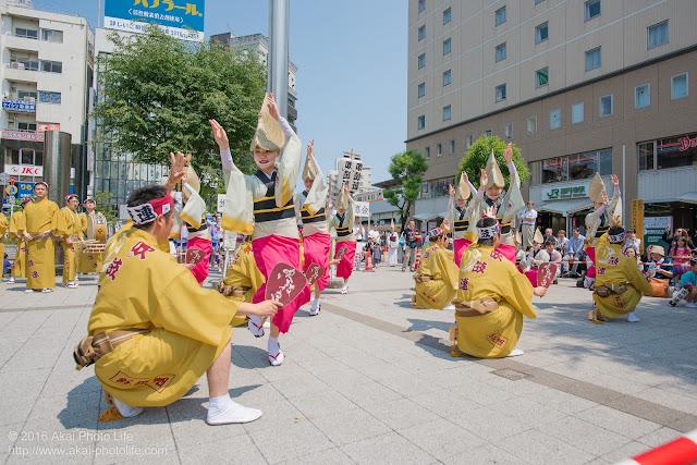 吹鼓連、高円寺駅北口広場での舞台踊りの写真 2