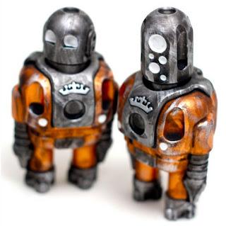 Robot retro hecho con objetos metálicos reciclados
