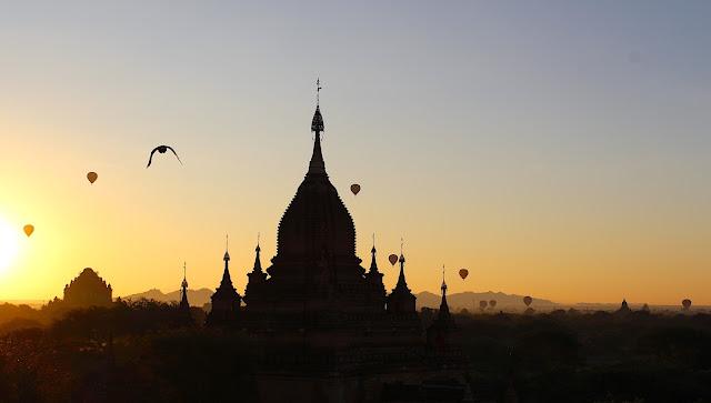 Lever de soleil et montgolfières à Bagan en Birmanie