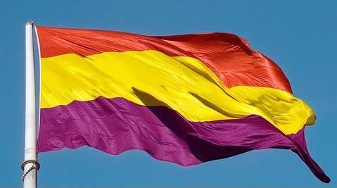 La bandera republicana ondea en el Ayuntamiento de Cádiz
