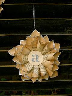 adornos-navideños-papel-periodico-reciclado