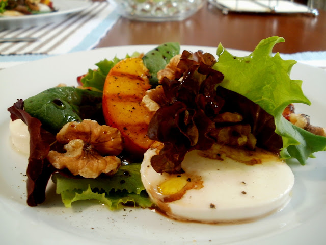 Ensalada de brotes tiernos  con nectarinas asadas, queso mozzarella y nueces