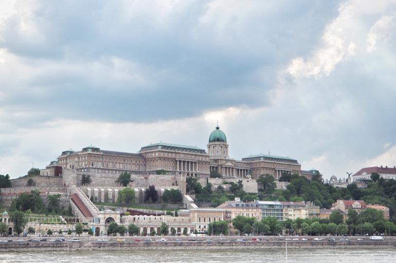 Palais royal de Budapest vu depuis Pest