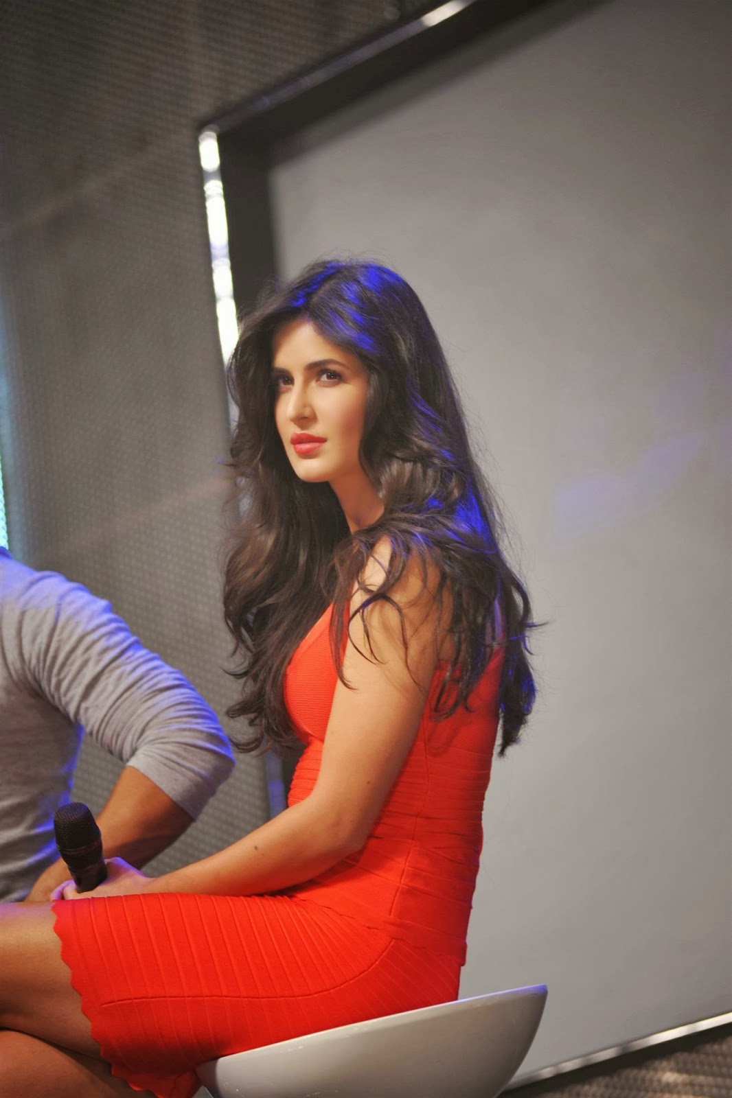 Katrina Kaif Smoking Hot Legs Show In A Figure Hugging -9844