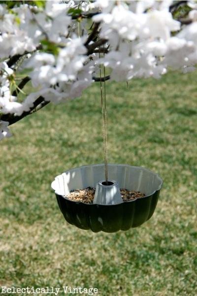 Cetakan kue jadi bird feeder.  Cetakan kue bekas didaur ulang jadi bird feeder (wadah pakan burung) yang kreatif.