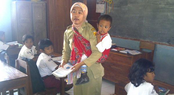 Guru Ini Ikhlas Mengajar Anak Kelas 1 Hingga 6 Seorang Diri