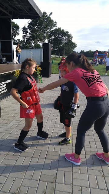 """Zawodniczka """"Akademii Zwycięzcy"""" - Kinga, instuuje jak wykonywać podstawowe techniki w kickboxingu."""