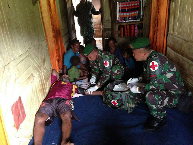 Prajurit TNI di Papua Gelar Pelayanan Kesehatan Door to Door