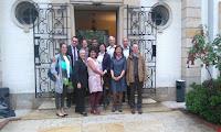 Les adultes à l'entrée de la Maison de France