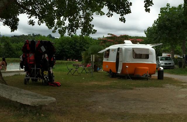 foto de un Food-truck en una caravana Vintage. Camping Larrouleta | caravaneros.com