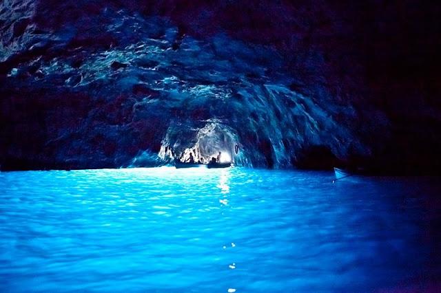Interior da Gruta Azul na Ilha de Capri
