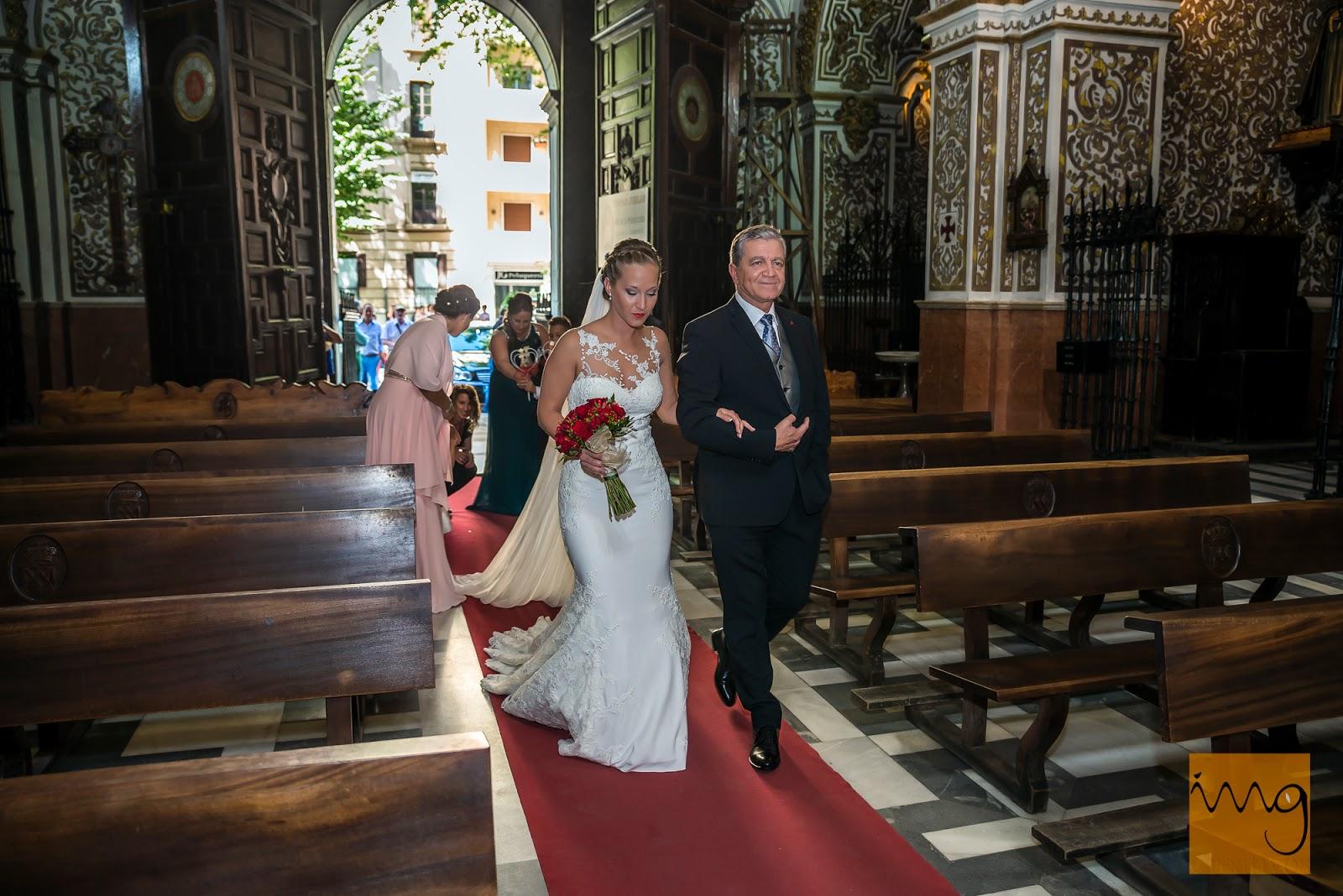 Fotografía de la entrada de la novia a la Virgen de las Angustias el día de su boda