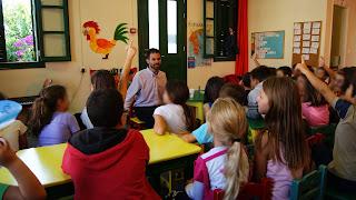Παιδιά περιμένουν να κάνουν ερωτήσεις στο Βαγγέλη