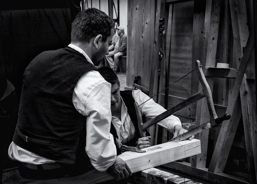 Zimmermänner bei der Handarbeit