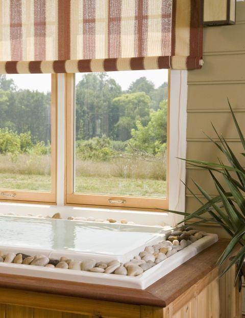 10 trucchi per fare sembrare pi grandi le finestre home for Tende a righe verticali