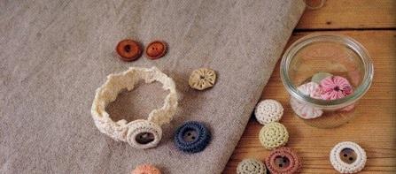 cache boutons et bracelet au crochet