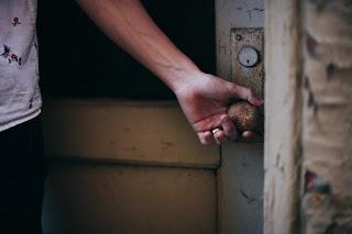 Die Tür zur Vergangenheit oder zur Zukunft, loslassen, vergessen, traurigkeit, verletzung, narben der seele, akzeptanz, annehmen, innerer widerstand, ablehnung, alles holt einen ein, es gibt kein entrinnen, ursache und wirkung, gedanken, was man ablehnt zieht man an, das leben, erfahrung, die antwort liegt im inneren, das herz kennt die antwort, ins herz hineinhören, gewissen, inneres wissen, nicht wahrhaben wollen, fragen nach dem warum, selbstbetrug, sich selbst belügen, texte schreiben, poesie blog, poetisch, writing, lyrik, bild, photo