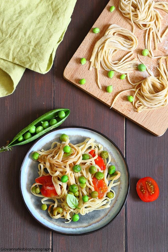 Spaghetti alla chitarra con piselli e pomodorini